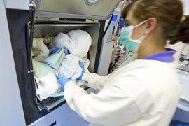 Foto – Der neuralgische Punkt im Wäschekreislauf ist die Wäscherei. Dort kann eine erneute Verkeimung sauberer Wäsche durch ein Trennungsprinzip verhindert werden.