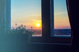 Blick aus dem Fenster auf einen Sonnenuntergang